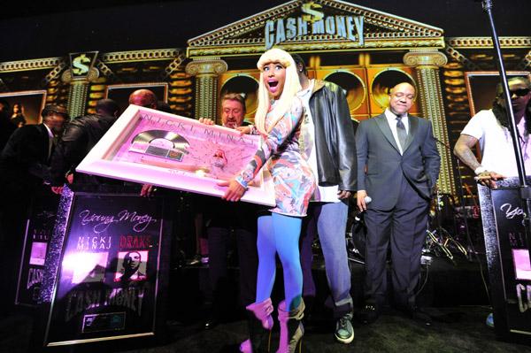 nicki-minaj-accepts-her-platinum-record1.jpg